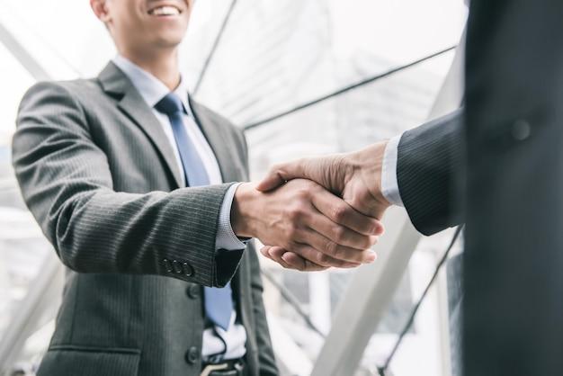 Homme affaires, poignée main, à, partenaire Photo Premium