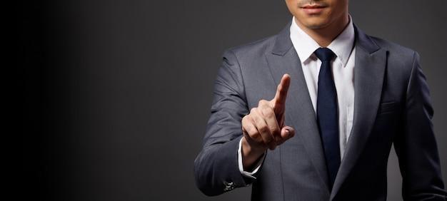 Homme D'affaires Porter Costume Tactile écran Numérique Pointe Vers La Caméra Photo Premium