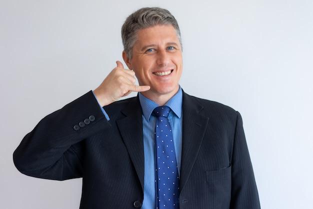 Homme d'affaires positif gesticulant m'appeler Photo gratuit