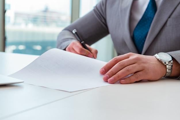 Homme d'affaires prenant des notes lors de la réunion Photo Premium