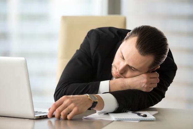 Homme d'affaires prend la pause et somnole au bureau Photo gratuit