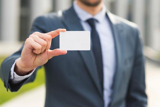 Homme d'affaires présentant une carte de visite Photo gratuit