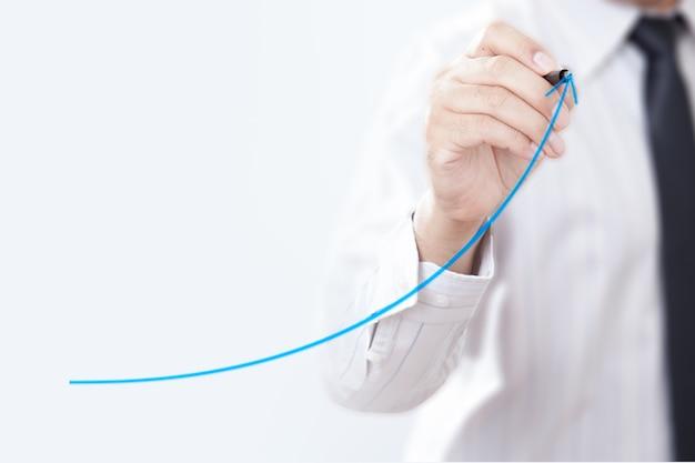Homme d'affaires présentant un concept de développement durable, croissance et amélioration. Photo Premium