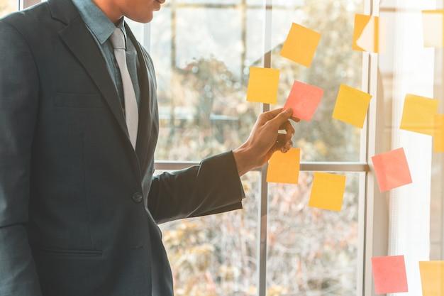 Homme d'affaires présentant le plan de projet et la tâche dans la salle de réunion Photo Premium