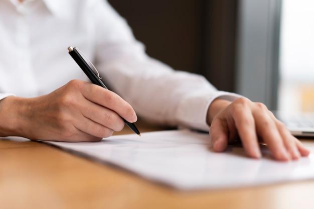 Homme d'affaires prêt à signer des papiers Photo gratuit