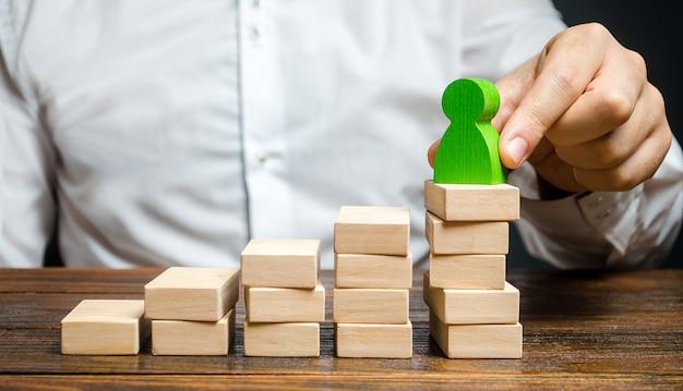 Homme d'affaires promeut un employé sur l'échelle de carrière. promotion d'un travailleur qui a réussi Photo Premium