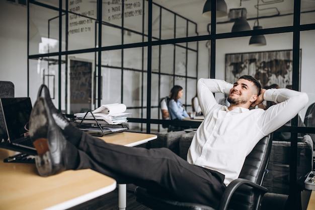 Homme d'affaires propriétaire de l'entreprise au bureau Photo gratuit