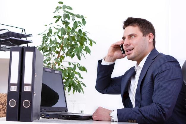 Homme D'affaires Prospère à L'aide De Téléphone Portable Photo gratuit