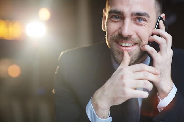 Homme d'affaires prospère appelant par smartphone Photo gratuit