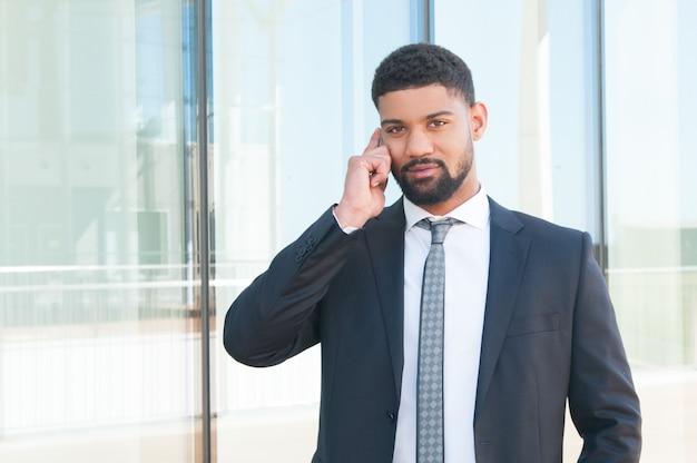 Homme d'affaires prospère parlant au téléphone Photo gratuit