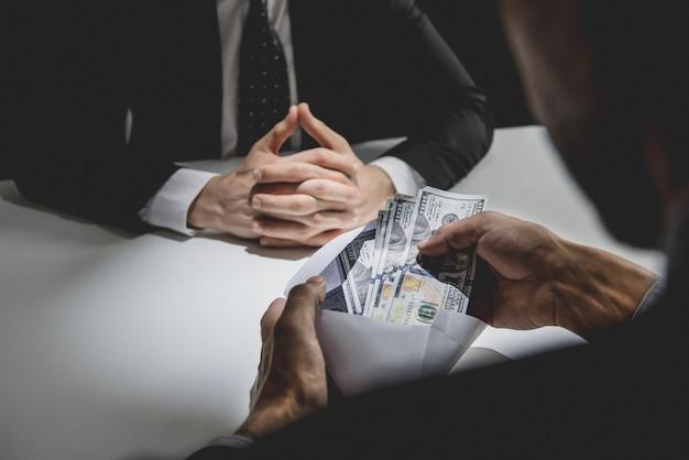 Homme d'affaires recevant de l'argent, dollars américains Photo Premium