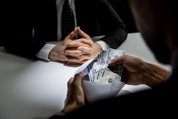 Homme d'affaires recevant de l'argent Photo Premium