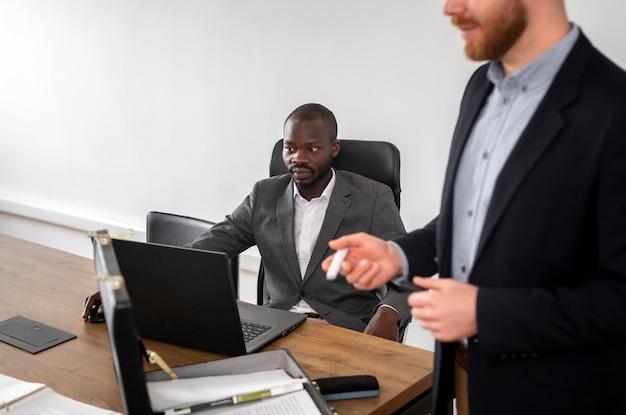 Homme d'affaires regardant un ordinateur portable Photo gratuit
