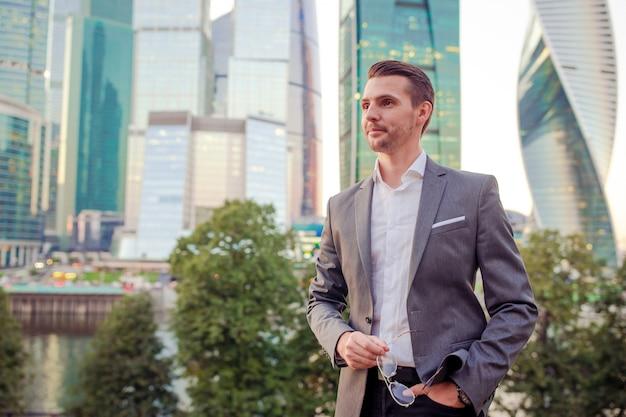Homme affaires, regarder, copie, espace, debout, contre, gratte-ciel verre Photo Premium