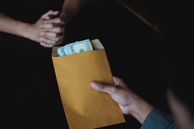 Homme D'affaires Rejetant De L'argent Noir Dans L'enveloppe Offerte Par L'entrepreneur Pour Un Permis Contractuel. Photo Premium