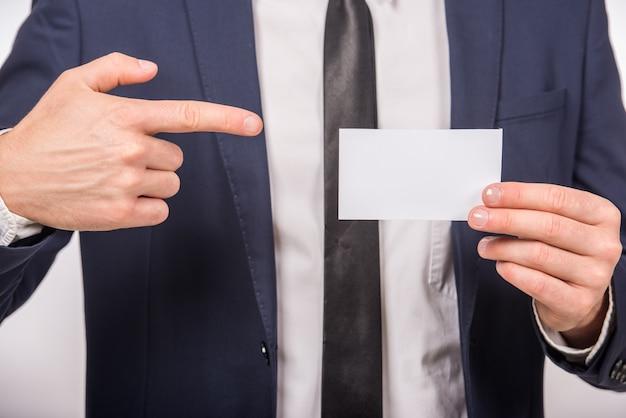 Homme d'affaires remettant une carte de visite vierge. Photo Premium
