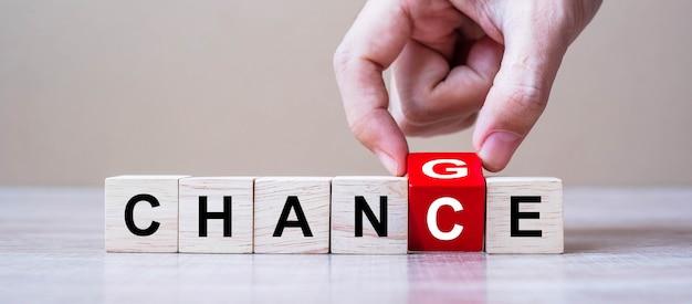 Homme D'affaires Renversant Des Cubes En Bois Avec Du Texte Changer En Chance Photo Premium