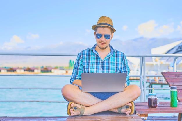 Homme affaires, reposer, sur, piliers, apprécier, été, recours, station thermale, mer Photo Premium