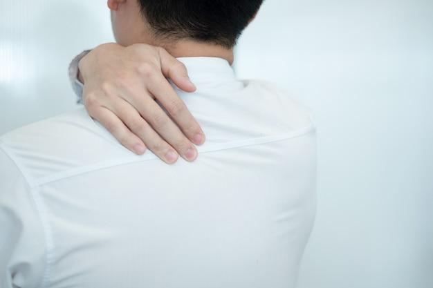 Homme d'affaires ressentent des douleurs dans le dos alors qu'ils travaillent au bureau, concept médical Photo Premium
