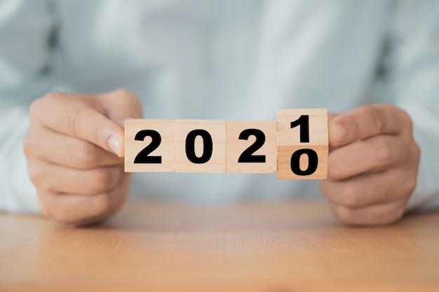 Homme D'affaires Retournant L'année 2020 à 2021 Pour Le Plan D'affaires Du Nouvel An. Photo Premium