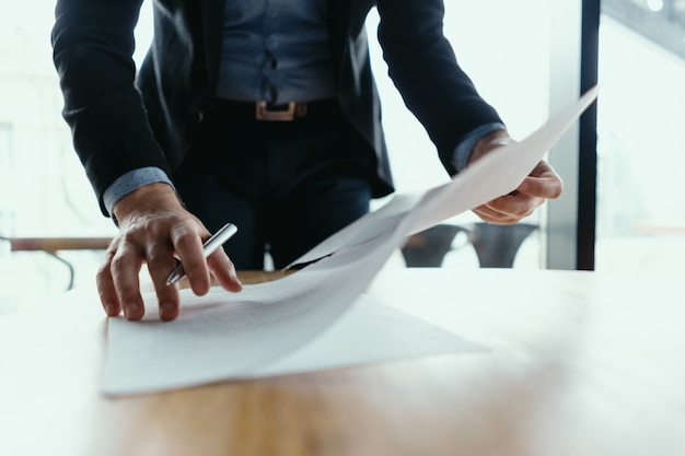 Homme D'affaires Réussi, Signature De Documents Dans Un Bureau Moderne Photo gratuit