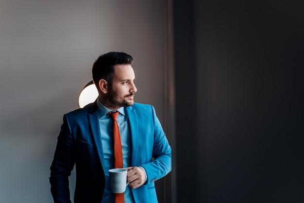 Homme d'affaires rêverie près de la fenêtre. Photo Premium