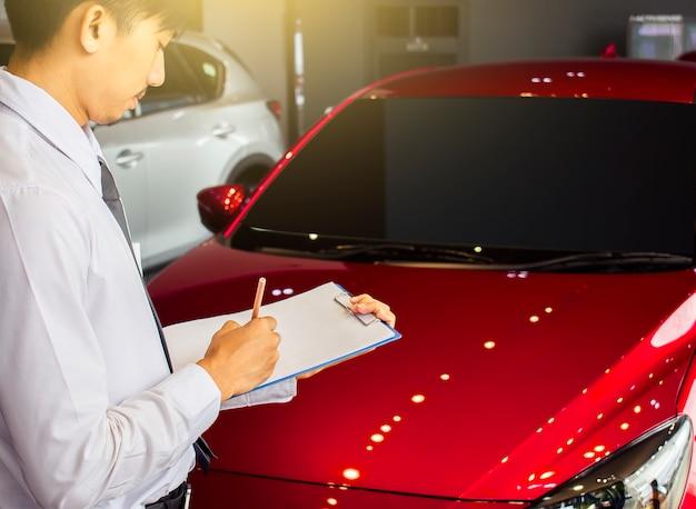 Homme d'affaires saleman affaires inspection d'écriture sur le bloc-notes ou un livre, Photo Premium