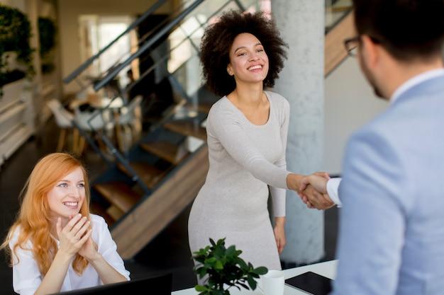 Homme d'affaires se serrant la main pour sceller un accord avec sa partenaire Photo Premium