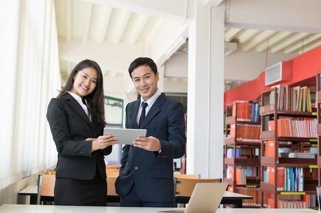 Homme d'affaires et secrétaire Photo Premium