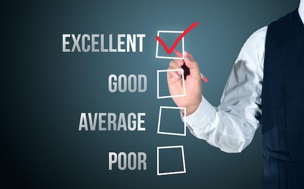 Homme d'affaires sélectionnez heureux sur la liste d'évaluation de satisfaction Photo Premium