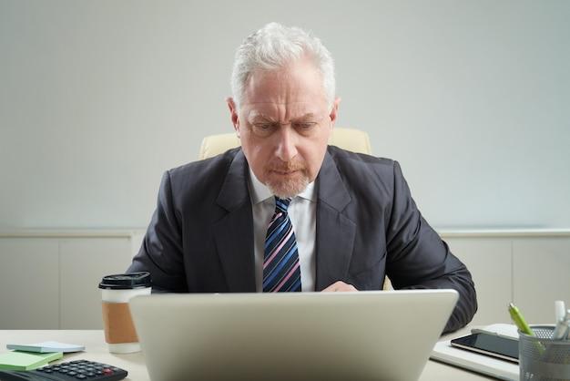 Homme d'affaires senior au travail Photo gratuit