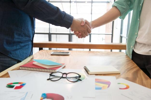 Homme d'affaires serrant la main après avoir analysé le partage du marché avec le coopérateur, concept de travail d'équipe, traitement complet Photo Premium