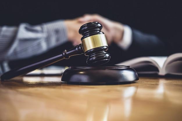 Homme d'affaires serrant la main d'un avocat après avoir discuté d'un bon contrat Photo Premium