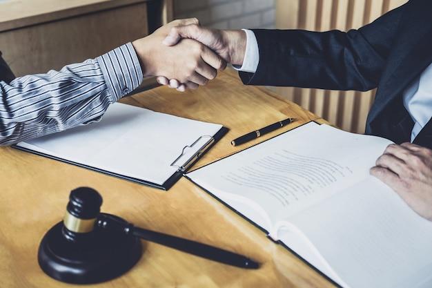 Homme d'affaires serrant la main d'un avocat professionnel après avoir discuté de la bonne affaire du contrat Photo Premium