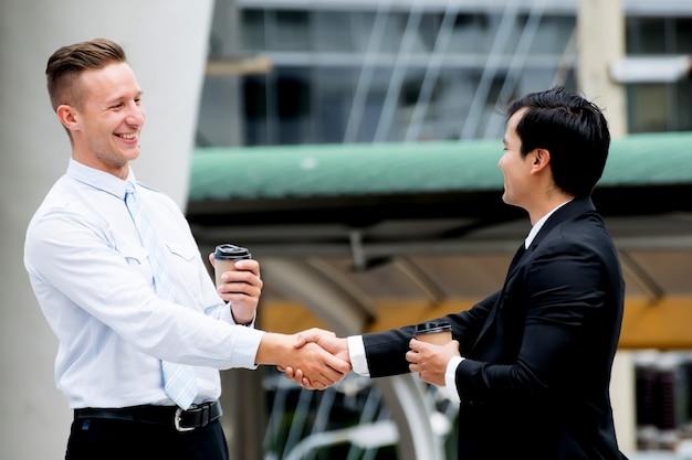 Homme d'affaires serrant la main projets réussis Photo Premium