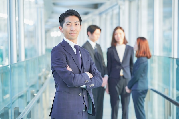 Homme D'affaires Et Ses Collègues Photo Premium
