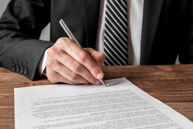Homme D'affaires Signant Un Document, Une Stratégie D'entreprise Et Un Concept De Réussite. Photo Premium