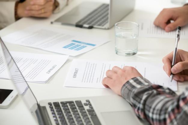 Homme d'affaires, signature, contrat, remplir, formulaire document, réunion, closeup Photo gratuit