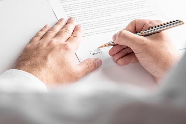 Homme D'affaires Signe Un Contrat, Les Détails Du Contrat Commercial. Photo Premium