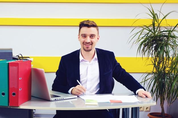 Un homme d'affaires souriant sur le lieu de travail Photo Premium