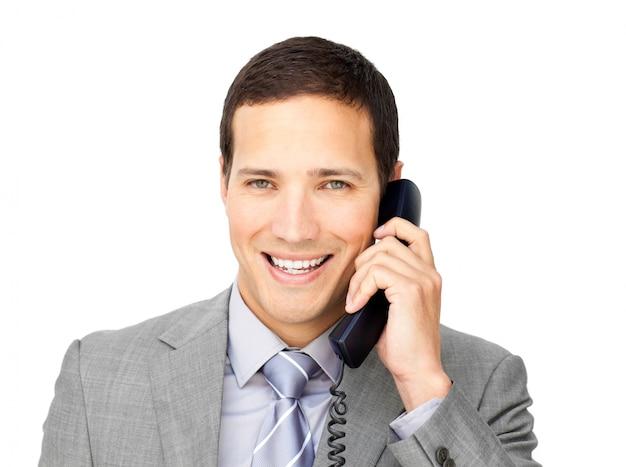 Homme d'affaires souriant sur le téléphone Photo Premium