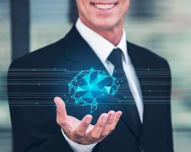 Homme D'affaires Souriant Tenant Un Hologramme De Haute Technologie Photo Premium