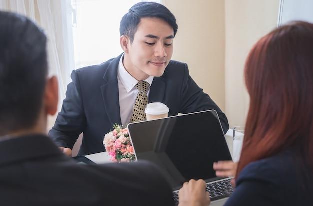 Homme d'affaires sournois regarde l'ordinateur d'autres personnes Photo Premium