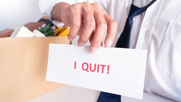 Homme D'affaires De Stress Avec Lettre De Démission Photo Premium