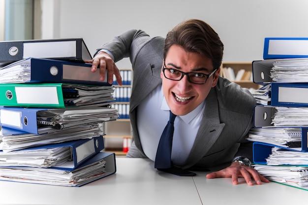 Homme d'affaires stressé par un travail excessif Photo Premium