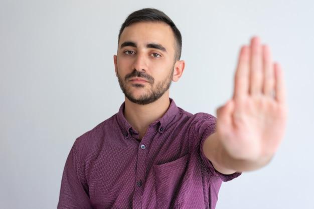 Homme d'affaires strict en arrêt de gestes occasionnels Photo gratuit