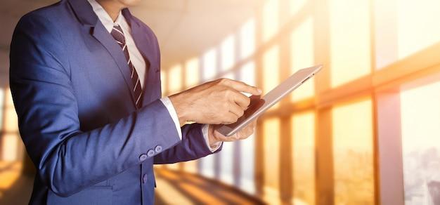 Homme affaires, à, tablette Photo Premium
