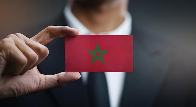 Homme d'affaires tenant une carte du drapeau du maroc Photo Premium