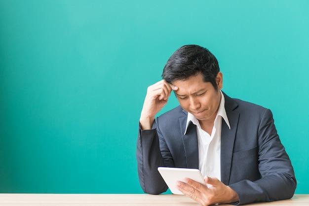 L'homme d'affaires a de la tension et regarde le téléphone, le manque de succès et le concept d'échec Photo gratuit
