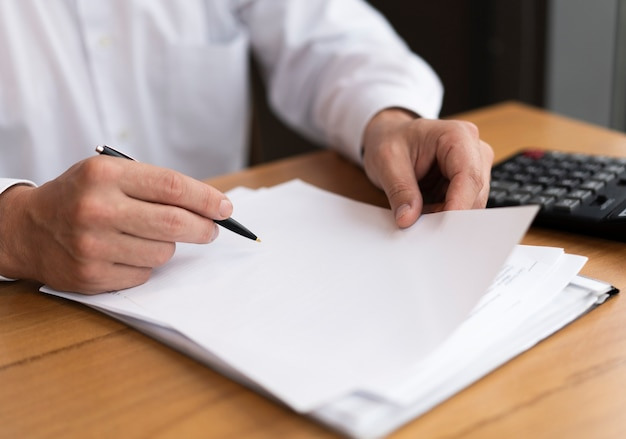 Homme affaires, tenue, papier, et, stylo Photo gratuit